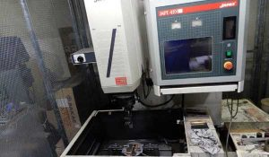 大阪府大東市の金属金型部品製作の日本プレス金型は金型設計や少量多品種の加工の日本プレス金型の保有設備情報の形彫放電機のジャパックスのDXC30