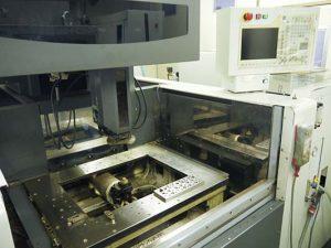 大阪府大東市の金属金型部品製作の日本プレス金型は金型設計や少量多品種の加工の日本プレス金型の保有設備情報のワイヤーカット放電加工機の三菱のFA20S